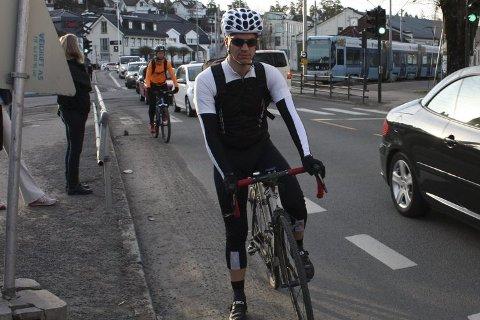 HOLTET: Her ble Helge Rege Gårdsvoll  kjørt ned av en bil  (ikke den på bildet) som svingte inn til høyre over sykkelfeltet. Foto: Aina Moberg