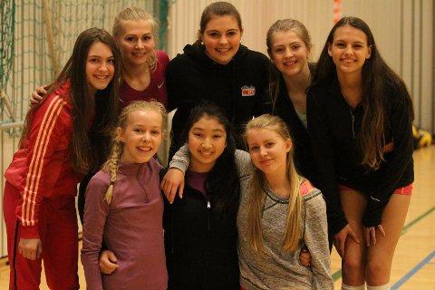 BRONSEJENTER: Bak fra venstre Andjelina Babic, Elisa Haarr, Emma Lopez, Oda Sønderland og Emma Sofie Busch. Foran fra venstre Ingri Nygaardsmoen, Nini Hang og Sara Boasson.