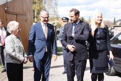 Tordis Nilsen, Oslo-ordfører Fabian Stang og kronprinsparet utenfor Manglerud gård treffsenter.