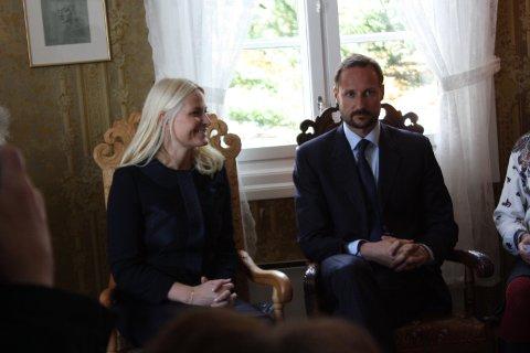 Stolene de kongelige gjestene fikk sitte på er skåret ut av dyktige brukere av eldresenteret.