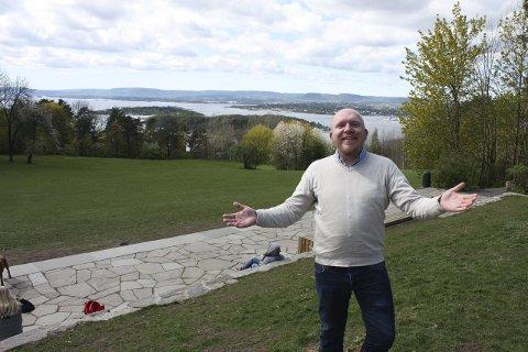 Velkommen: Lars Petter Solås, leder av arbeidsgruppen for Nordstrandsdagene, ønsker store og små velkommen til lørdagsunderholdning ved trappene her i Ekebergparken.Foto: Aina Moberg