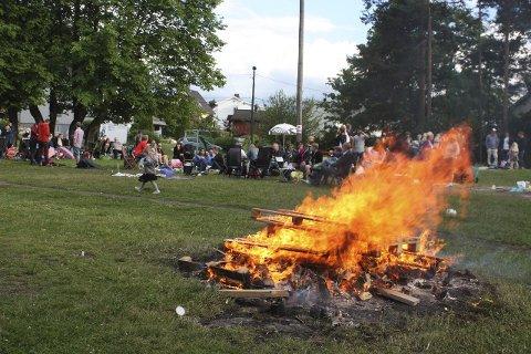 Hett på hØYENHALL: Høyenhallparken et yndet samlingssted på sankthansaften, og her ble bålet tidlig tent og brant lenge utover kvelden.  Alle foto: Arne Vidar Jenssen