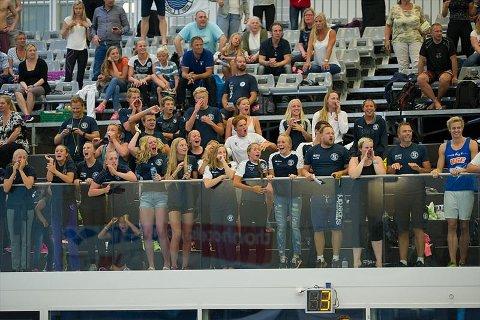 """SAMMEN MOT TOPPEN: Lambertseter Svømmeklubbs motto er """"Sammen mot toppen"""". Og det viste de til gangs under NM. Foto: Øyvind Thorsen."""