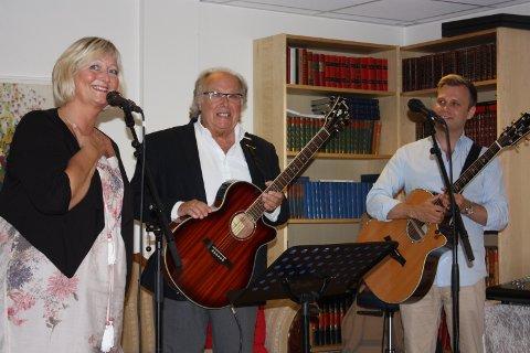 Aktivitør Annie Skiseng Pedersen introduserte Stein og Christian Ingebrigtsen foran en fullsatt kantine på Abildsø sykehjem onsdag.