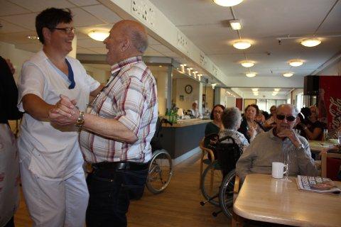 Stemningen var ekstra god på Abildsø sykehjem onsdag. Eli Johansen og Hans Fagernes koste seg i dansen.