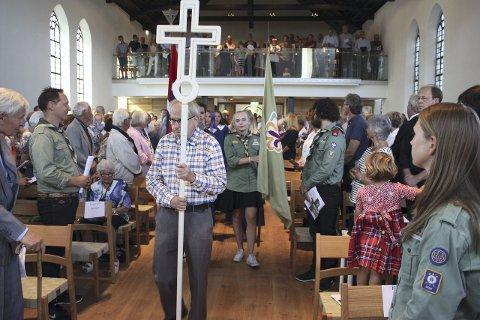 Innmarsj: Geir Ofstad fikk æren av å bære det nye korset under innmarsj-prosesjonen i nye Nordstrad kirke. Alle foto: Arne Vidar Jenssen