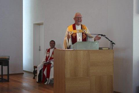 Glad biskop: Biskop Ole Christian Kvarme var tydelig både begeistret og glad da han gikk på talerstolen under vigslingen av nye Nordstrand kirke søndag 23. august.