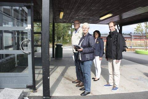 TIDLIG UTE: Svein Hansen, Berit Viken og Rita og Ivar Christensen var på plass ved stemmelokalet på Nordseter skole 20 minutter før det åpnet. Foto: Aina Moberg