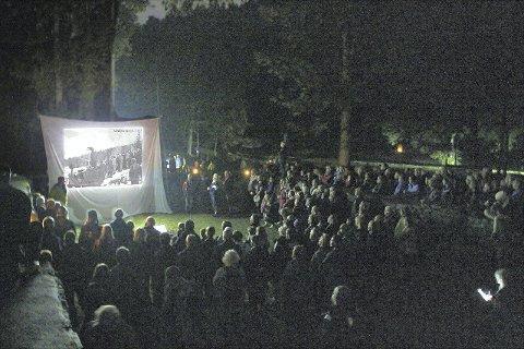STORT OPPMØTE:  Det var fullt av interesserte tilhørere i ruinene på Sarabråten da Lars Rogstad viste bilder og fortalte om stedets historie. ALLE FOTO: Steinar Saghaug