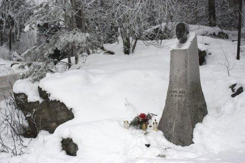 TENN LYS: Tirsdag 26. januar er det 15 år siden Benjamin Hermansen ble drept på Holmlia. Det oppfordres til å tenne et lys ved statuen på Åsbråten denne dagen. FOTO: Arne Vidar Jenssen