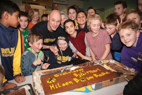 FEIRET HELTEN: Bjørnar Holsæter ble feiret med saft og kaker av de unge spillerne i Bøler Basket.
