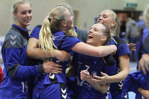 JUBEL: Emilie Løkting Johansen (venstre), Marte Røkke, June Bøttger og Kristin Halvorsen jubler etter seieren mot Byåsen.