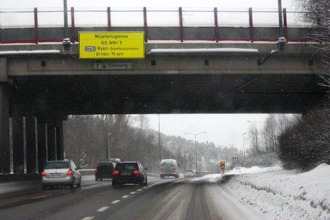 FRA 1.NOVEMBER: Også denne vinteren innfører fartsredusering som miljøtiltak på fire Oslo-veier. Bildet er fra en tidligere vinter med miljøfartsgrense.