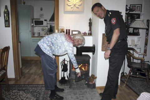 BRANNSIKKERHET: Kari Bondevik har god kontroll på vedfyringen hjemme hos seg selv. Det konstaterte Oslos brannsjef Jon Myroldhaug da han var på besøk sist uke.FOTO: Aina Moberg