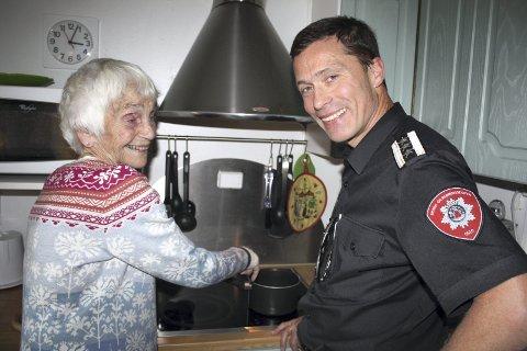 KOMFYRVAKT: Brannsjef i Oslo, Jon Myroldhaug, var hjemme hos Kari Bondevik på Ljabru, da han undertegnet intensjonsavtalen om brannverntiltak med bydel Nordstrand. Her står de ved komfyren hvor Bondevik har fått innstallert en komfyrvakt. FOTO: AINA MOBERG