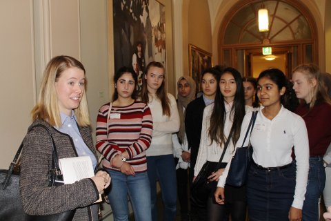 INVITERTE TIL STORTINGET: Kristina Daae Smedsvig inviterte Holmlia ungdomsskole til Stortinget for å vise dem at det finnes spennende yrkesveier i politikken.