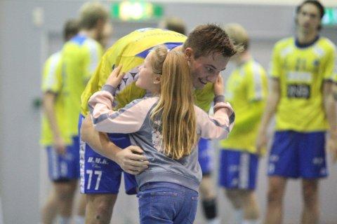 SEIERSKLEM: Magnus Abelvik Rød får bestemannspremien av en ung BSK-spiller.
