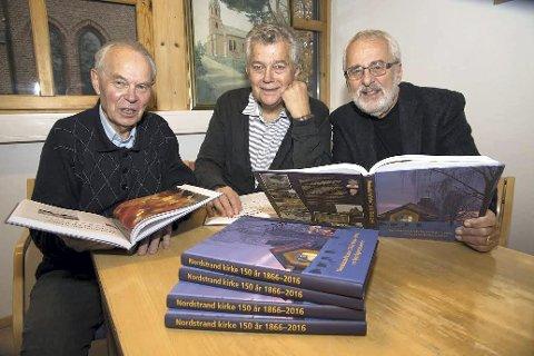 KIRKEBOK: Denne trioen står bak jubileumsboken som er laget til Nordstrand kirkes 150 års jubileum. Fra venstre Petter Mohn, Reidar Ø. Brevik og Dag K. Smemo. FOTO: Magnar Haugeli Halvorsen