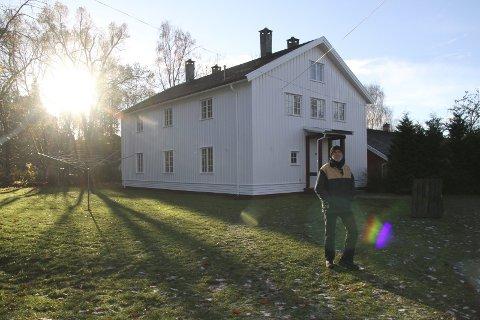 BEKKELAGSTUNET: Trond Ali Linstad foran ett av kasernebyggene i Ormsundveien 16. Her kommer hybler og også en rekke aktiviteter, som et eget judorom.