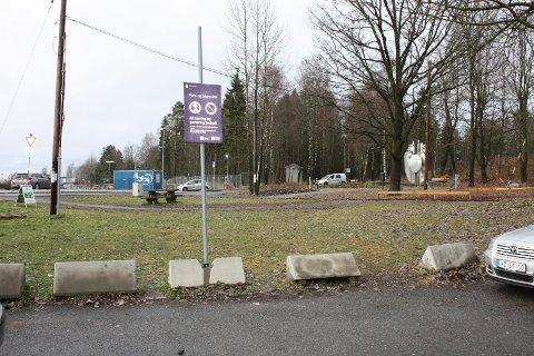 HER KOMMER BANEN: Ved parkeringsplassen i Langbølgen kommer en street basketbane til våren/sommeren. Det er ønskelig at anlegget kan brukes til skøytebane om vinteren. Foto: Aina Moberg