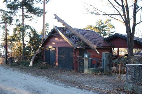 TRE PÅ TAKET: Denne garasjen fikk merke uværet. Begge foto: Arne Vidar Jenssen