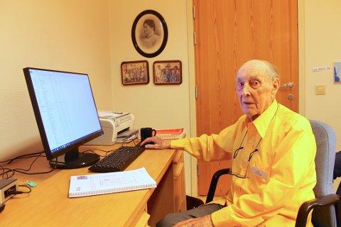 PC-LÆRER: Ole Andreas Speismark er 100 år og lærer fortsatt andre pensjonister å bruke PC.