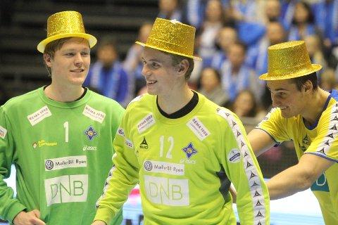 SUVEREN: Magnus Abel vik Rød dytter frem finalens gigant - Kristian Sæverås - for å motta bestemannspremien.