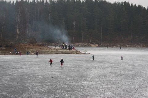 PRIKKER PÅ ISEN: I romjula har mange latt seg friste til å prøve skøytene på Nøklevann. Noen våget seg langt utpå og var fra Bråten å se som små prikker på isflaten. Men det er all grunn til å være forsiktig både her og på andre vann i Østmarka.
