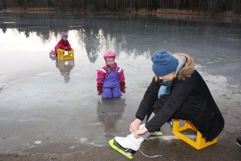 BARNELÆRDOM: Christine Hveding Mikalsen snører på seg skøytene og skal friske opp «barnelærdommmen» fra den gang hun bodde på Brenna og ofte var på isen på Stensrudvann.