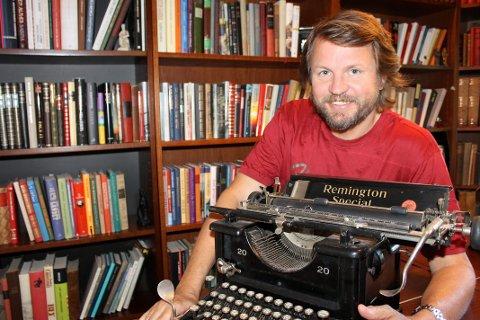 FORTELLERKURS: Tom Egeland vil inspirere forfatterspirer. Arkivfoto: Martine Holen