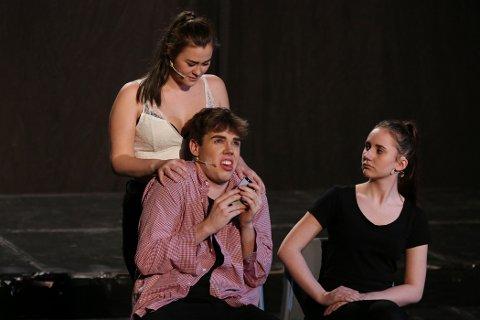 Iselin Olaussen med en overanspent og lite impulsiv Marius Granerud. Ida Bratlie til høyre.