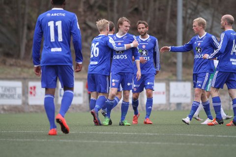 BESKJEDEN JUBEL: Robin Rasch (midten) har gitt KFUM/Oslo 1-0 mot Kråkerøyuten at gjestene jubler ellevilt av den grunn.