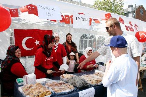 TYRKISK MAT: På Vær Stolt-festivalen kan du smake på mat fra alle verdens hjørner. Her fra en tidigere festival. Arkivfoto Janina Lauritsen