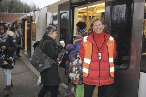 GRY ISBERG: Ikke bare passasjerene, men også kommunikasjonssjef Gry Isberg i Ruter var veldig fornøyd mandag morgen da Østensjøbanen igjen var på skinner. Her på Mortensrud. Alle foto: Arne Vidar Jenssen