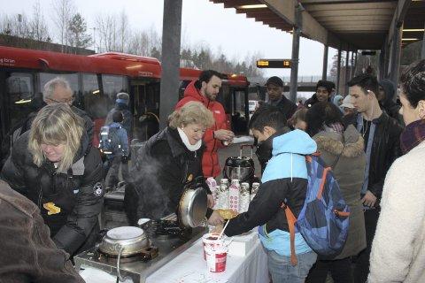 VAFLER: Vaffellukten hang tungt over Mortensrud stasjon mandag morgen, og passasjerene sa ja takk.