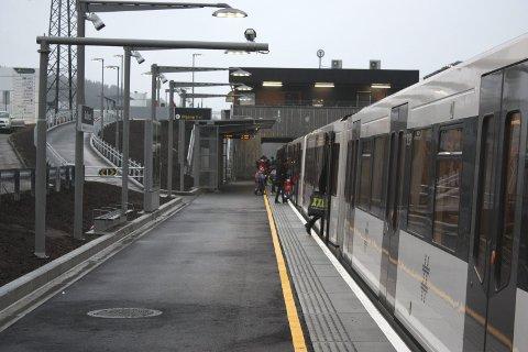 LITE FOLK: Det var merkelig liten trafikk på Skullerud stasjon. Og på togene var det veldig god plass.