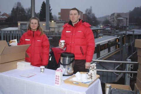 KAFFE: Pernille Balser og Tomas Havir serverte kaffe og boller med et stort smil på Bogerud stasjon mandag morgen.