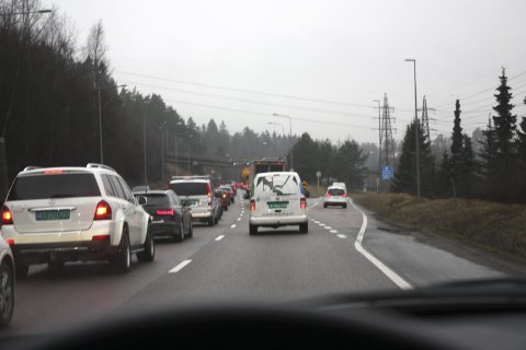 BILKØ: Selv om det nå er veldig god kapasitet på Østensjøbanen, var det akkurat de samme sneglende køene av biler på E6 (bildet) og Ytre Ringvei.