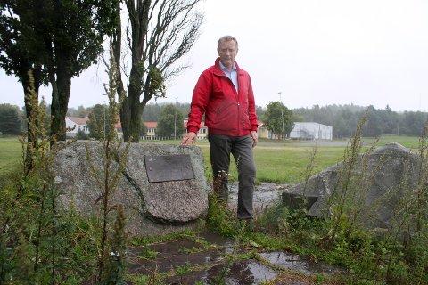MINNESMERKE: Dag Jarnøy ved minnesmerket på Ekebergsletta. Her blir det markering 14. april. Arkivfoto: Kristin Trosvik