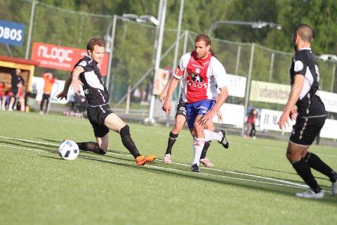 NESTEN: Her kommer Stian Sortevik nesten alene med keeper på stillingen 1-1, men ballen glir unna i siste sekund.