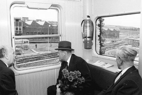 PÅ T-BANEN: Om bord på T-banen kikket kongen interessert utover T-banens verksted og vognhall på Ryen. Sammen med kongen sitter ordfører Brynjulf Bull og fylkesmann Petter Koren. Foto: Ruters arkiv