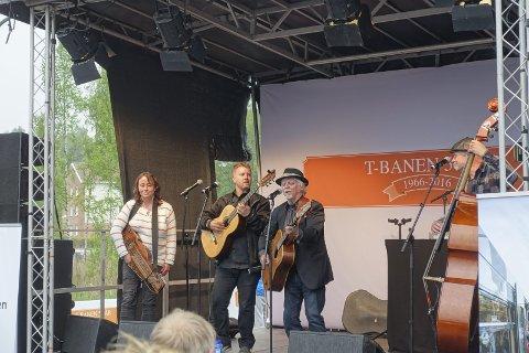 UNDERHOLDNING: Trond Granlund fra Manglerud med band stod for ett av de musikalske innslag på festen. Foto: Ivar Smith-Nilsen