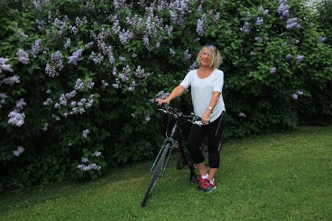 HILDE OG SYKKELEN: Hilde Lyster fikk tilbake sykkelen sin takket være to modige svenske jenter. Foto: Privat