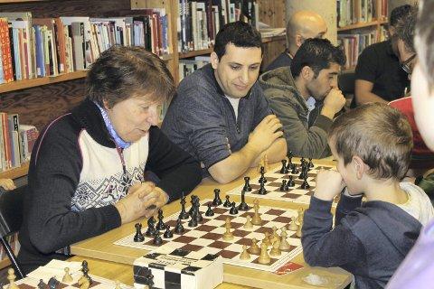 SKOLEMESTER: I vinterferien i år ble det arrangert sjakk for flyktninger på Bøler bibliotek. De fikk bryne seg mot ordføreren. Foto: Janina Lauritsen