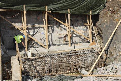 FORSTERKER DAMVEGGEN: Vannstanden i Nøklevann er senket i forbindelse med rehabilitering av demningen. Foto: VAV