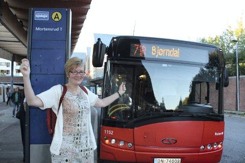 JUBLET: Wenche Reichelt er en av de som har  kjempet for at 71-bussen igjen skal gå mellom Bjørndal og Tollboden. Onsdag morgen jublet hun foran 71A-bussen på Mortensrud T-banestasjon. FOTO: Aina Moberg