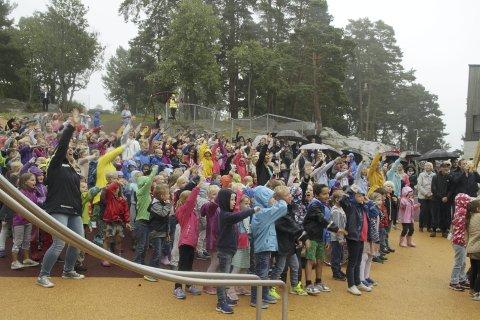 «HELT KONGLE»: Regn hindret ikke god stemning under åpningen av Munkerud skole. Alle elvene var med på å synge og danse til den nye skolesangen «Helt Kongle».Alle foto: Kristin Trosvik