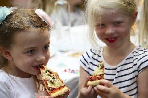 UREDDE: Juno Mosveen Jolie og Charlotte Jøronstad Hegg hadde ingenting imot å prøve litt alternativ topping på pizzaen.