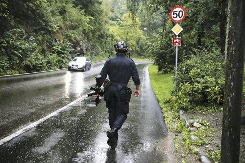 BEVÆPNET: Både væpnet politi, hunder og helikopter ble satt inn i politiaksjonen på Østlandet. Her fra Hauketo. Foto: Terje Pedersen/NTB scanpix