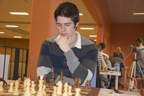 NY MESTER: Johan Salomon i dyp konsentrasjon under årets sjakk-NM. Foto: Tarjei J. Svensen/mattogpatt.no